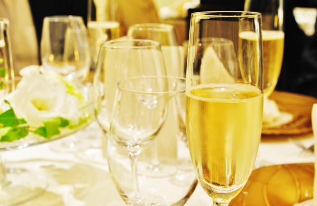 テーブルの上のグラス