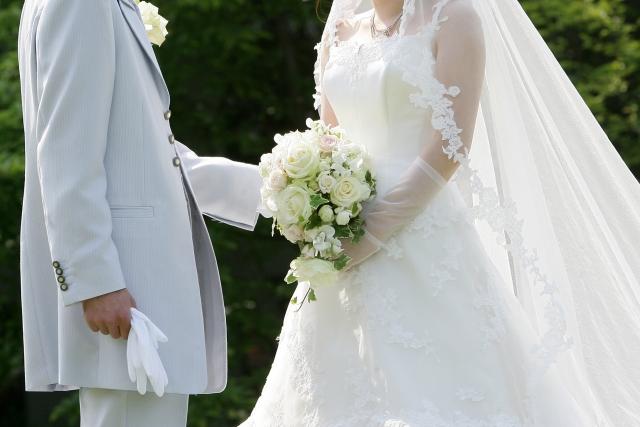 結婚式でブーケを渡す