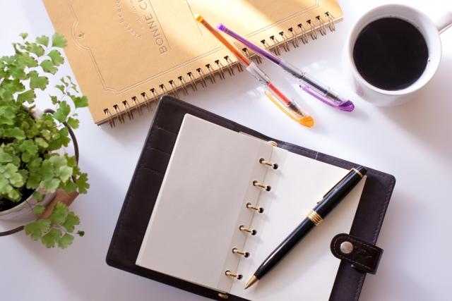 手帳とノートとコーヒー