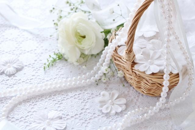 ネックレスと花束