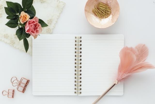 ノートと花とクリップ