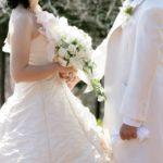 結婚式で向き合う男女(屋外)