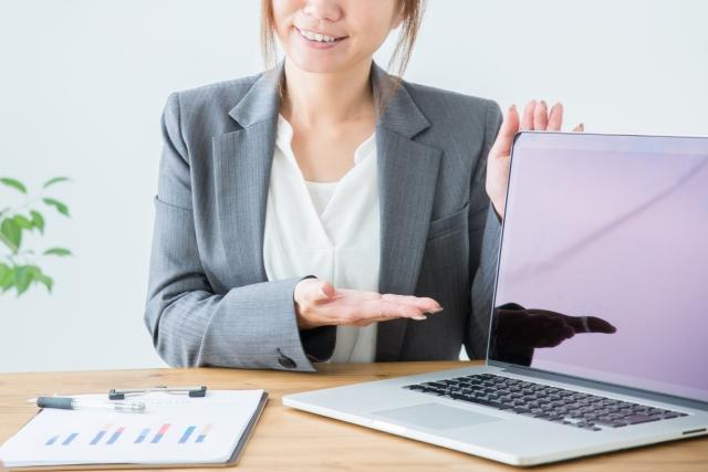PCの画面を見るように促す女性