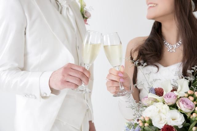 結婚式-シャンパンで乾杯