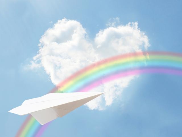 ハート型の雲と虹と紙飛行機