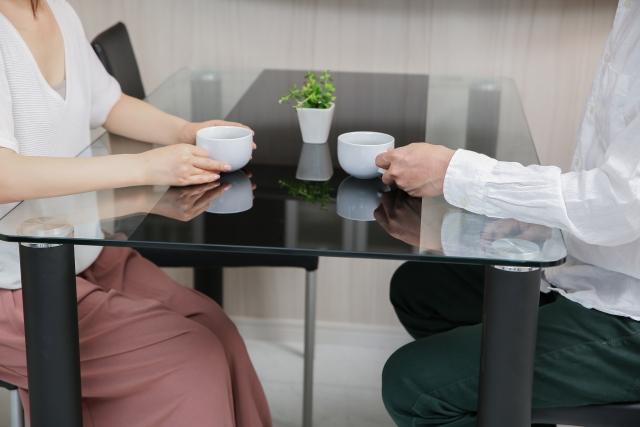 コーヒーを飲みながら会話をする男女