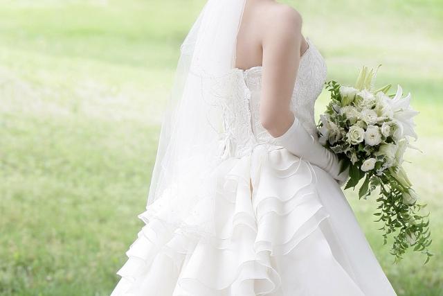 ブーケを持って背を向ける花嫁