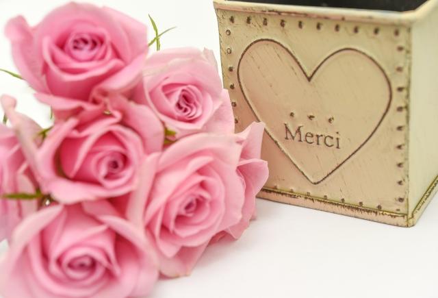 バラのブーケとハートの模様の箱