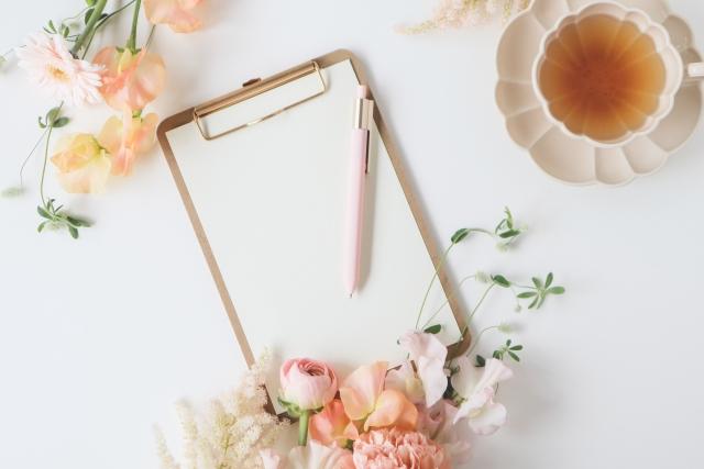 メモと花の飾りと紅茶