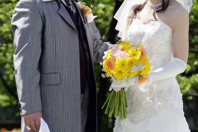 結婚式でブーケを渡す新郎新婦