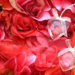 一面赤い花とハート型の飾り