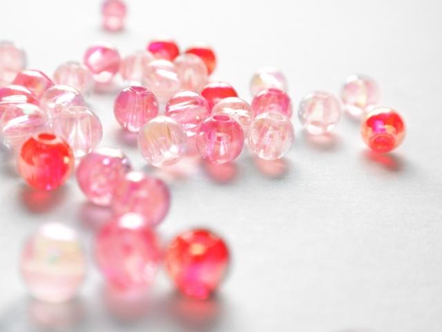 ピンク系の透明なビーズがいっぱい