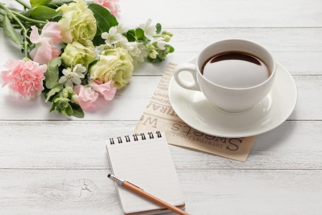 コーヒーと花束とメモ帳
