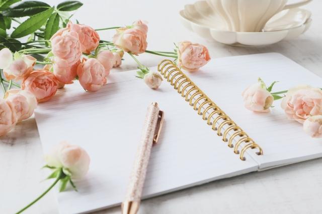 バラの花とノート