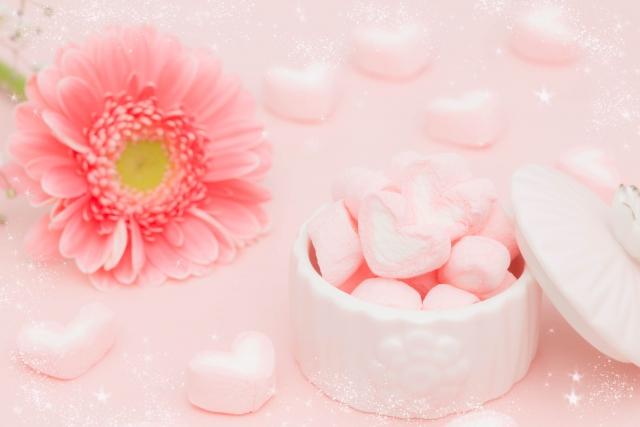 花とハート型の砂糖菓子