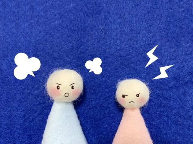 喧嘩している人形