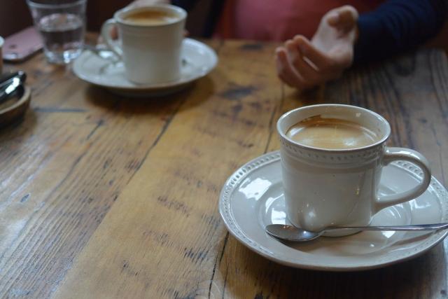 テーブルの上に置かれた2つのコーヒー