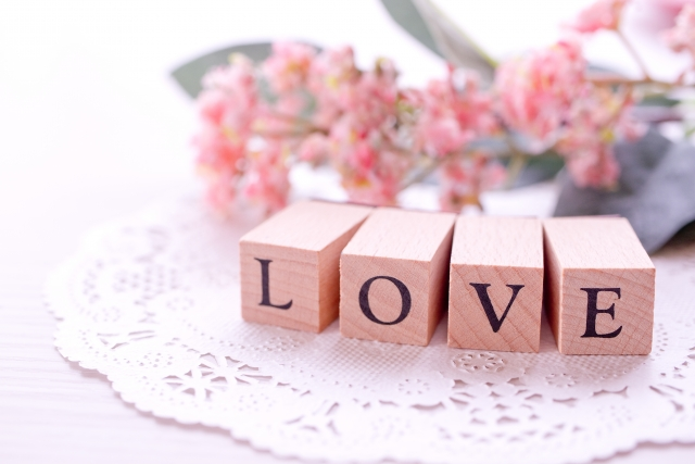 「LOVE」の文字と花