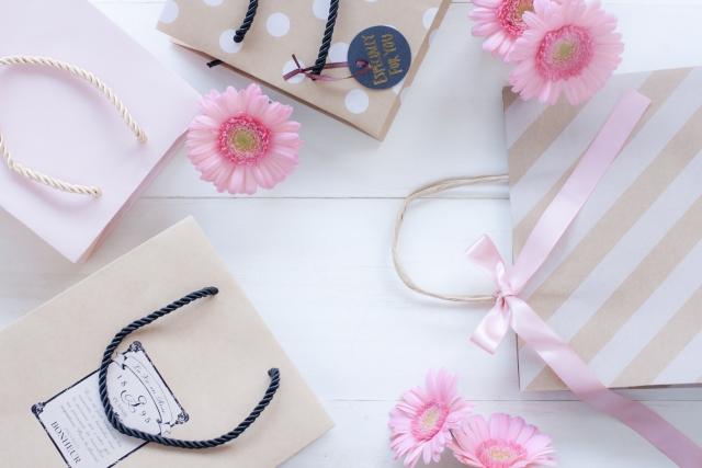 お買い物袋と花