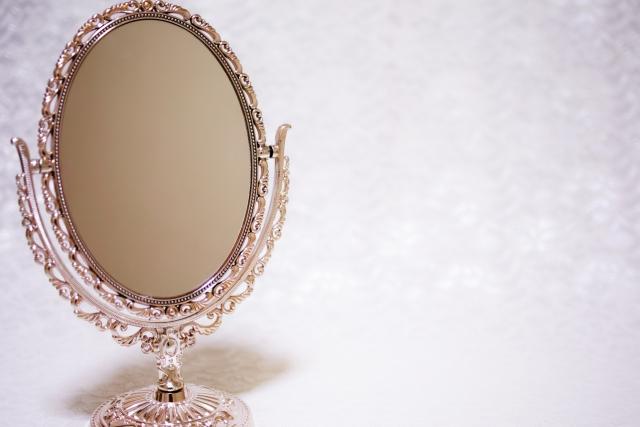 ピンクの淵の鏡