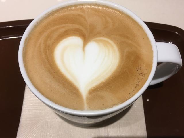 カフェオレにミルクで描かれたハート