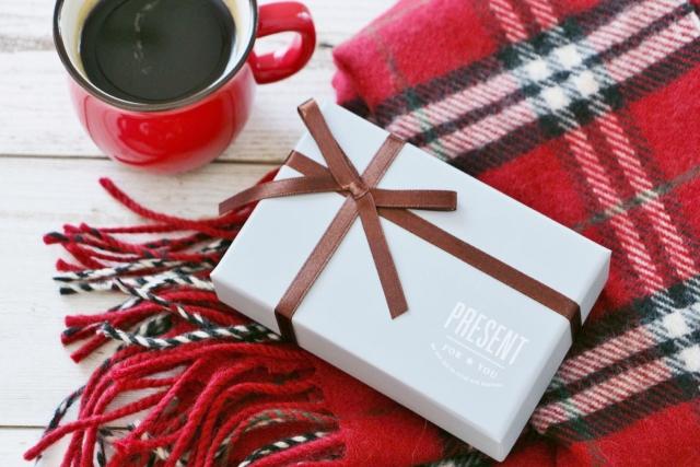 プレゼントとマフラーとコーヒー
