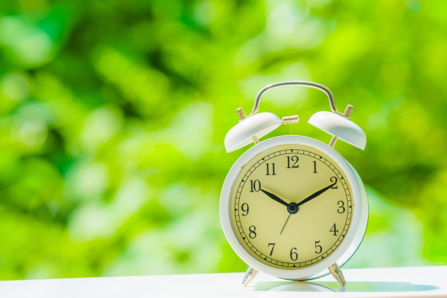 窓際に置かれた目覚まし時計