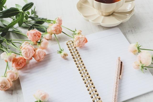 ノートとペンと花とコーヒー