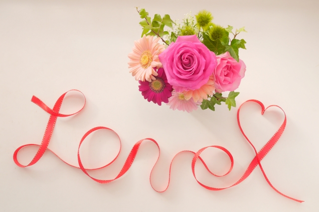 LOVEの文字と花
