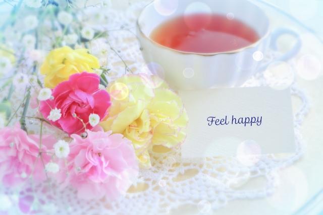 紅茶と花束とFeel happyの文字