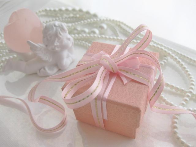 ピンクの箱に入ったプレゼント