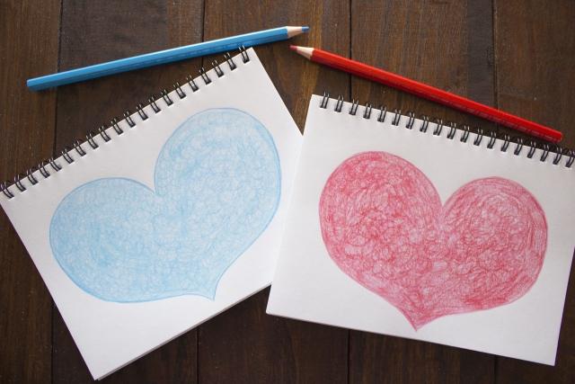 ノートに描かれた青と赤のハート