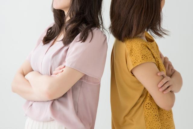 お互いに背を向け合う2人の女性