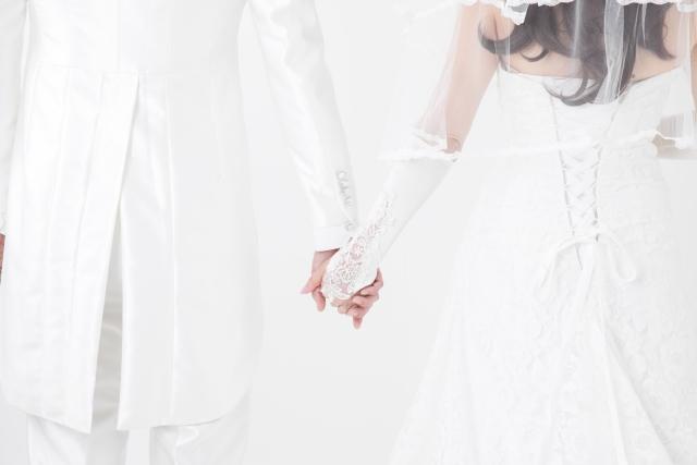 結婚式で手を繋ぐ新郎新婦