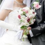 結婚式で寄り添う新郎新婦