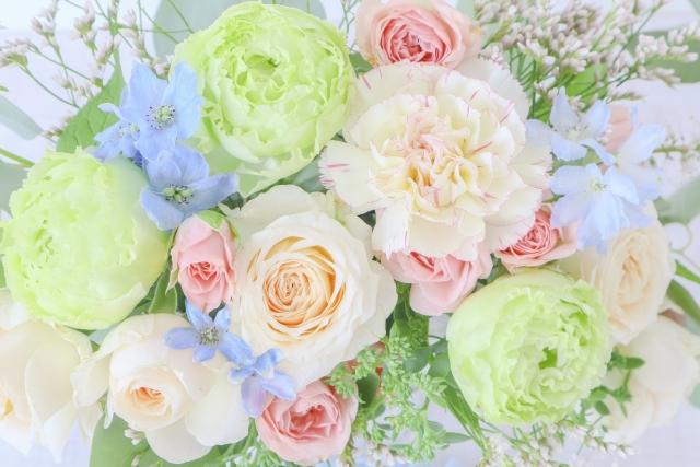 白、黄緑、ピンク、水色の花束