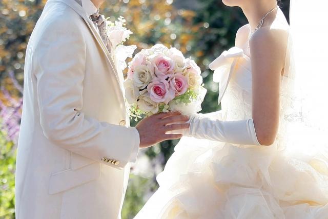 結婚式で向き合う新郎新婦