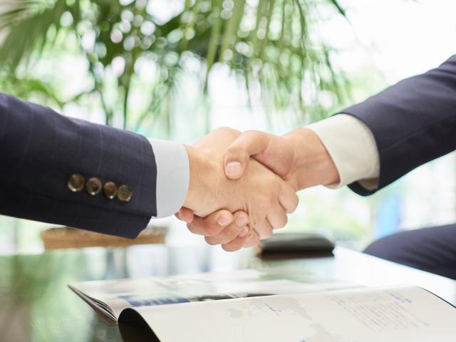 商談成立の握手をするビジネスマン