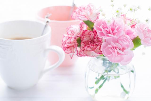 ピンクの花束と男女のマグカップ