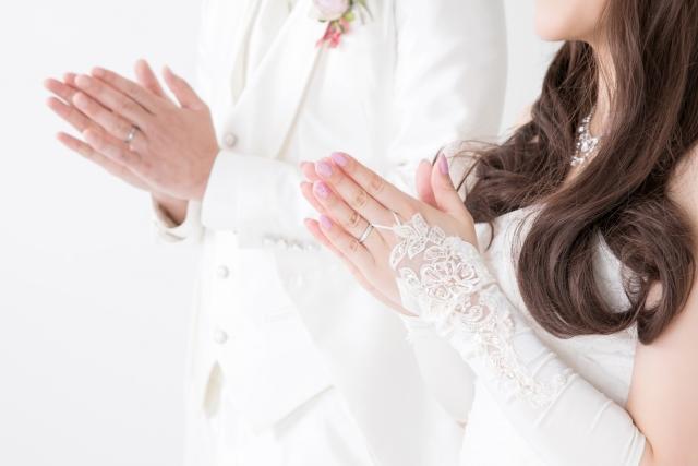 結婚式でお互いに手を合わせる新郎新婦