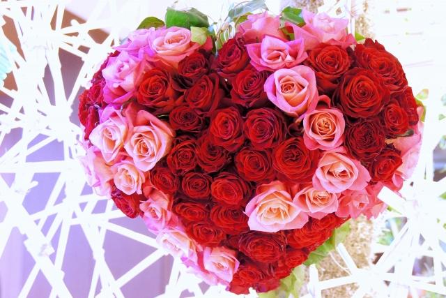ハート型に作られたたくさんの赤いバラの花