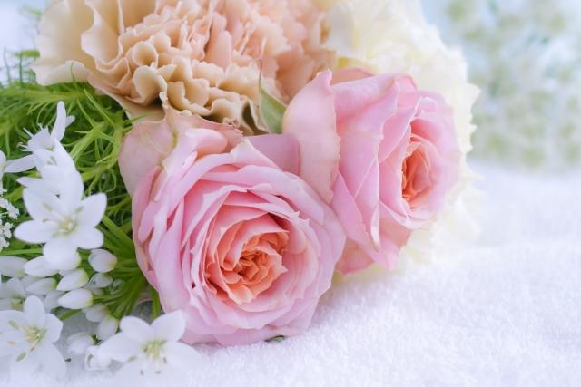 ピンクのバラの入ったブーケ