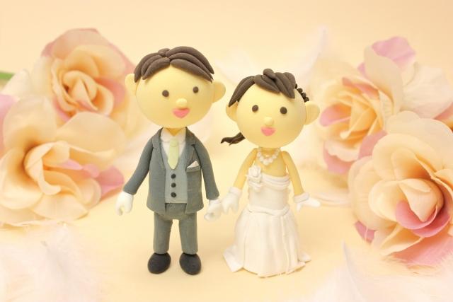 新郎新婦の人形と花