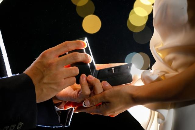 花嫁に結婚指輪を渡す花婿