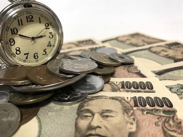 たくさんのお金と時計