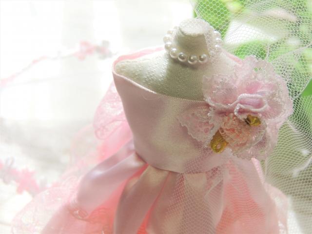 花嫁衣装を着た人形